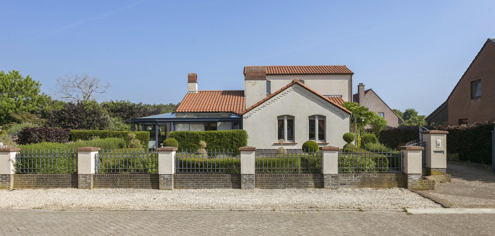 Rustig gelegen woning met 3 slpks en 3 garages op 865 m² nabij het centrum !