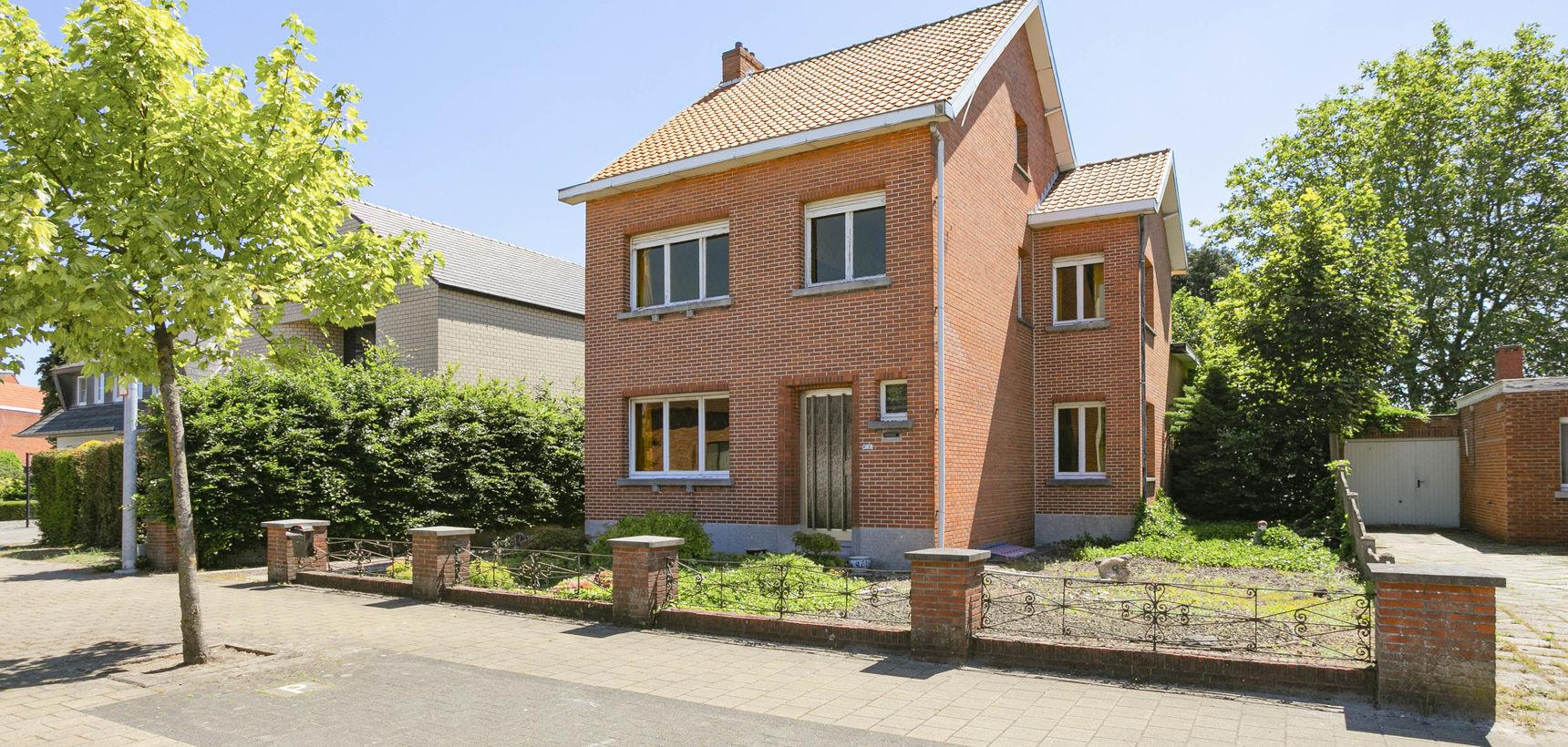 Volledig te renoveren woning met 3 slpks, rustig gelegen op 735 m² te St.-Jozef-Olen!