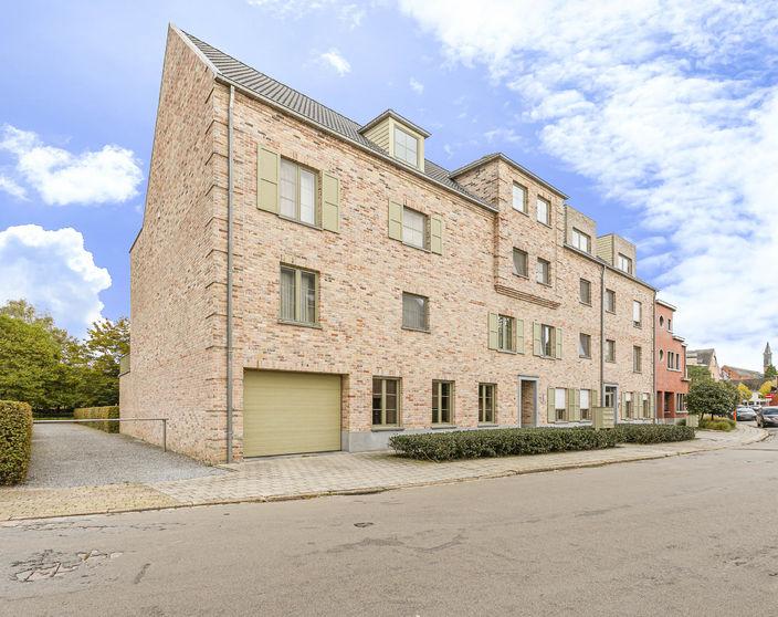 Ruim (134 m²) gelijkvloers appartement met grote tuin.