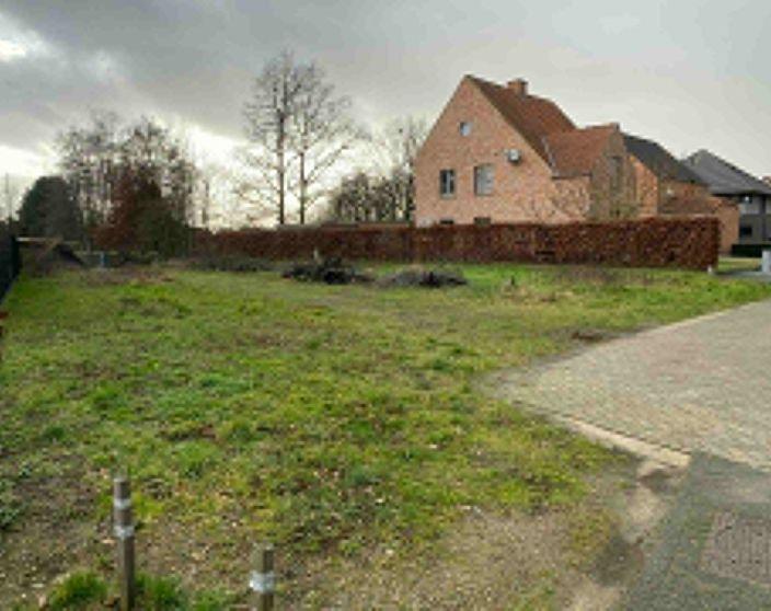 Zuid georiënteerd perceel van 733 m² in een rustige verkaveling te Mol-Rauw!