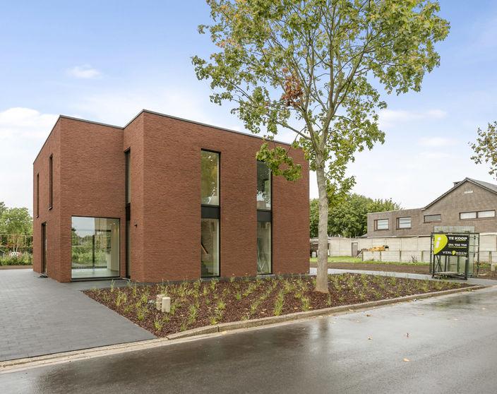 Halfopen nieuwbouwwoning met 3 slpks, rustig gelegen in Balen centrum !