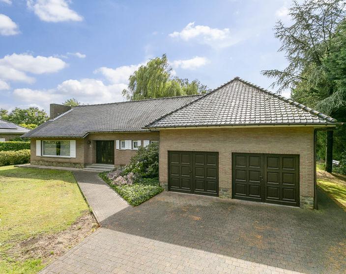 Op te frissen ruim ingedeelde villa op een rustig en landelijk gelegen perceel van  2.003 m²!