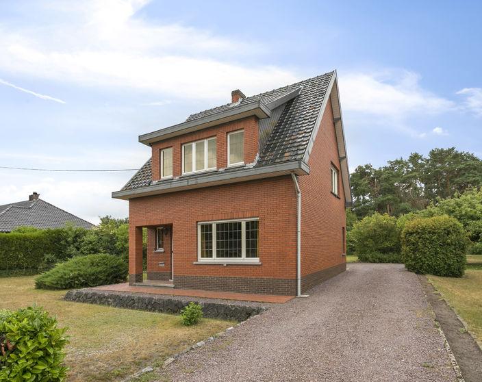 Te renoveren woning op een zuid georiënteerd perceel van 3548 m² !